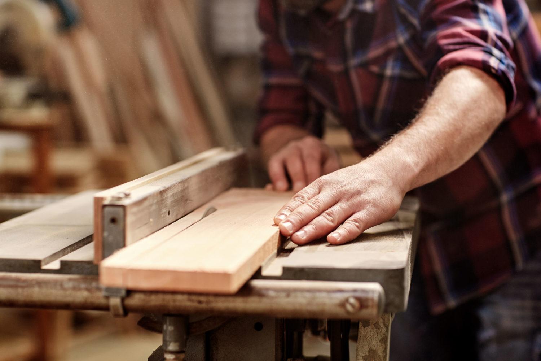 travail du bois par un artisan ébéniste