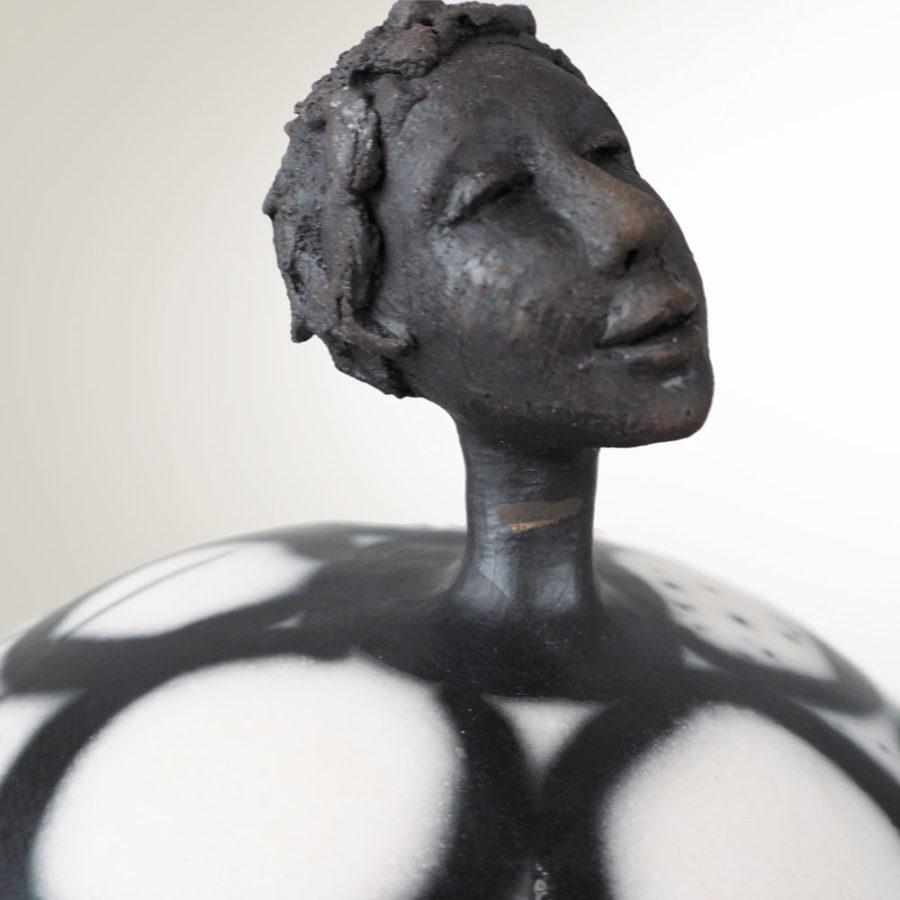 zoom tête sculpture grès Dorcasse