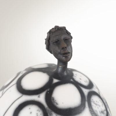 détail tête sculpture grès Dorcasse