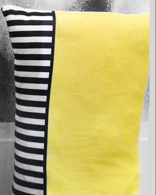 coussin jaune motif Marie-Pierre Doutriaux