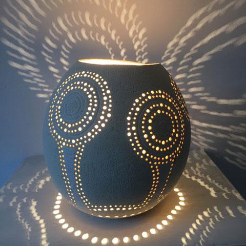 détail effets de lumière avec la lampe à poser en céramique allumée