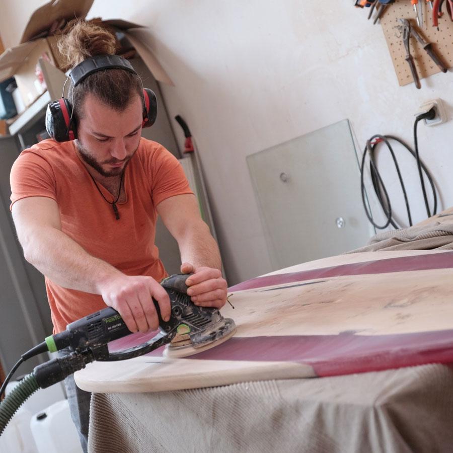 Ebéniste Guillaume Charrier dans son atelier