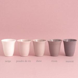 timbales en porcelaine tulipe palette de couleur sur fond rose